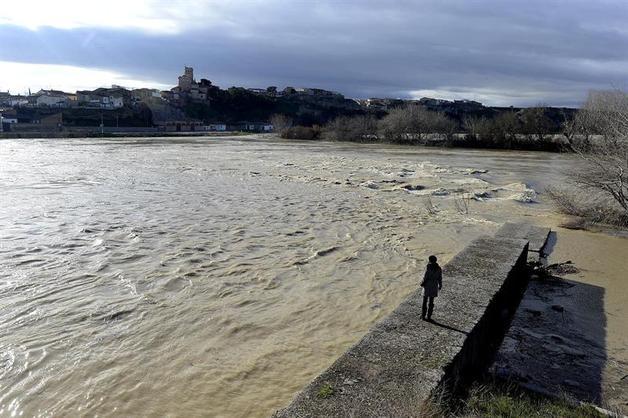 GALLUR (ZARAGOZA), 17/01/2013.- Vista de la crecida del río Ebro a su paso por la localidad de Gallur (Zaragoza). En estos momentos, el río Ebro a su paso por Zaragoza alcanza los 2,70 metros de altura y un caudal de 759 metros cúbicos por segundo, con una tendencia a seguir subiendo. En 2012, la altura máxima del río en la capital aragonesa fue también de 2,70 metros, con un caudal de 774,92 metros cúbicos por segundo, que se alcanzó el día 23 de octubre, según los datos del Sistema Automático de Información Hidrológica (SAIH) de la cuenca del Ebro. EFE/Pedro Etura