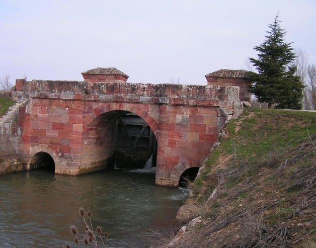 El Canal de Castilla,  iniciado  en el Siglo se divide en tres tramos. El Ramal Norte pasa por Herrera de Pisuerga (Palencia), donde deja imágenes interesantes. EFE.