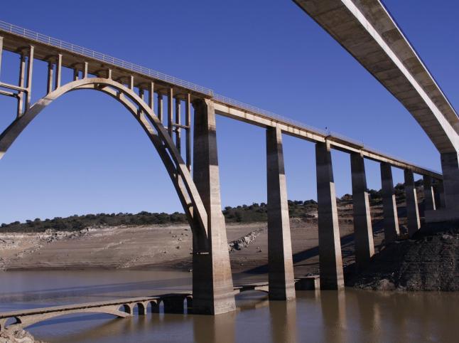 Imagen inédita tomada hace unas semanas de los tres puentes sobre el embalse de Ricobayo, a la altura de Manzanal.
