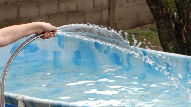 Derroche. Las piletas, un clásico del verano que consume mucha agua. Sobre todo, en viviendas en las que no hay medidores (La Voz/Archivo).