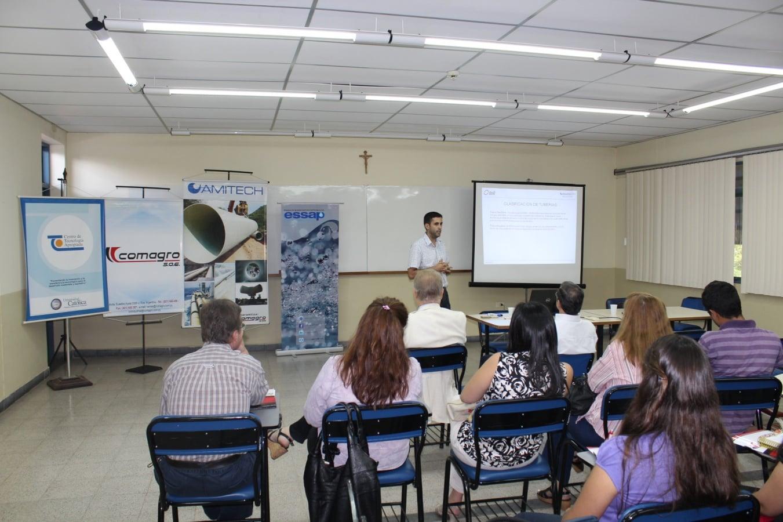 El Ing. Cesar Guzmán, gerente regional de Ventas de AMITECH Argentina, iniciando la charla para los funcionarios de Essap.