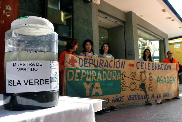 Hoy empieza a funcionar la depuradora de Algeciras (Cádiz).- En la foto de archivo, manifestación en enero de 2006 de representantes de la organización ecologista Asociación Gaditana para la Defensa de la Naturaleza (AGADEN) ante las puertas de la Subdelegación de la Junta de Andalucía en Algeciras para exigir la construcción de una depuradora en la localidad. EFE/A.CARRASCO RAGEL