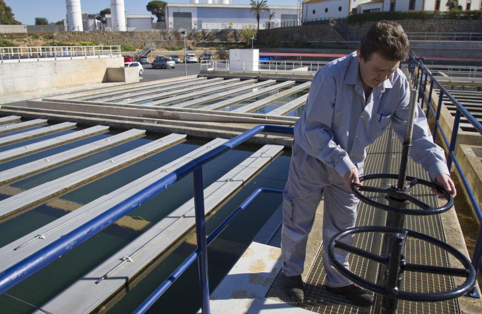 Un operario en unas instalaciones de agua. / J. Norte