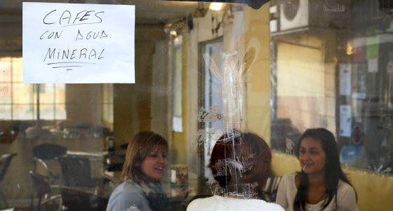 Los establecimientos de Alzira avisan a los clientes de que usan agua mineral, dado que el agua del grifo no es potable. / MÒNICA TORRES
