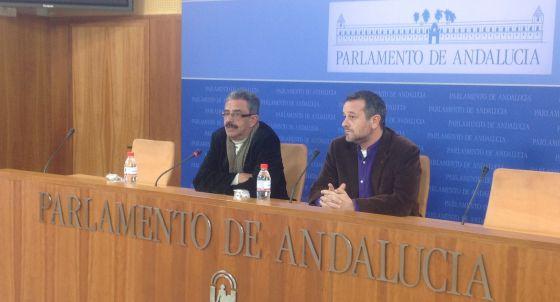 El responsable de Medio Ambiente de IU en el Parlamento andaluz, Manuel Baena, y el portavoz de la formación, José Antonio Castro, en la presentación de la iniciativa