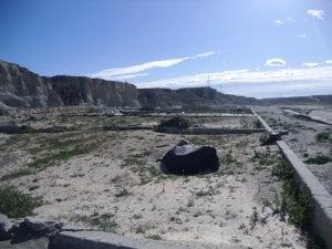 Lo que quedó tras las lluvias de septiembre y queda en el cauce del río de la antigua depuradora de aguas residuales de Antas. :: J. S
