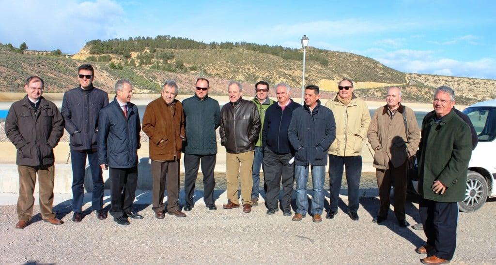 El pte de la CHS (3 izqda.) y el consejero de Agricultura y Agua de la Región de Murcia, Antonio Cerdá (4 izqda.), junto a miembros de la comunidad de regantes de Alhama de Murcia y técnicos de la CHS