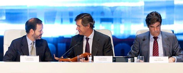 Juan Ignacio y José Manuel Entrecanales, a la derecha, junto a Jorge Vega-Penichet en la junta de Acciona - EFE