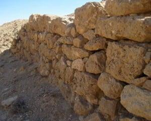 Un muro protegiendo a un bancal en las afueras de Petra. (Foto: Cortesía del BUPAP)