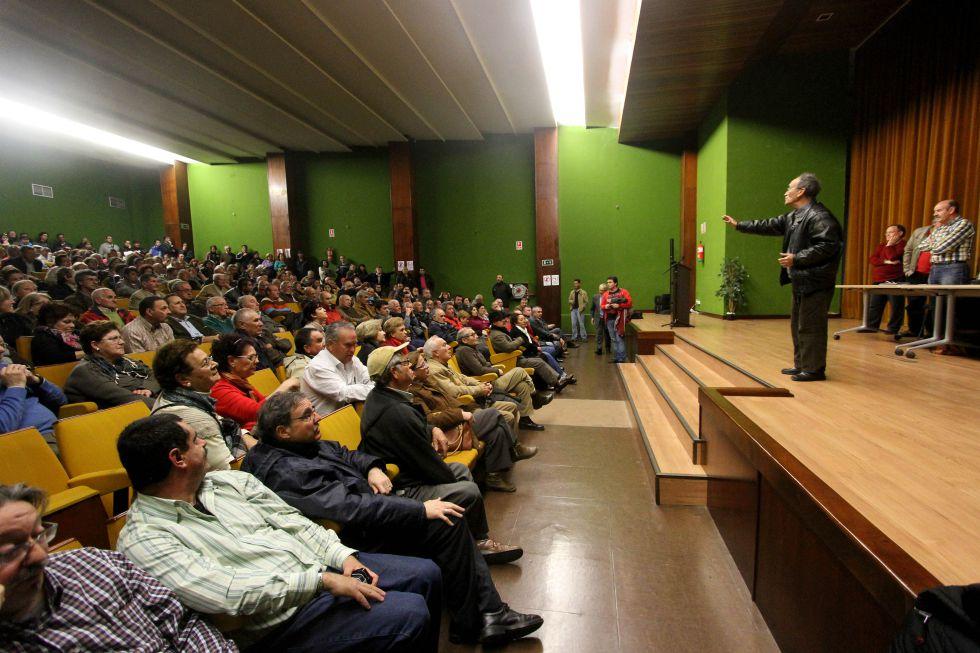 Miembros de la Plataforma Cívica para la Defensa de los Colectores de Algeciras durante una asamblea.