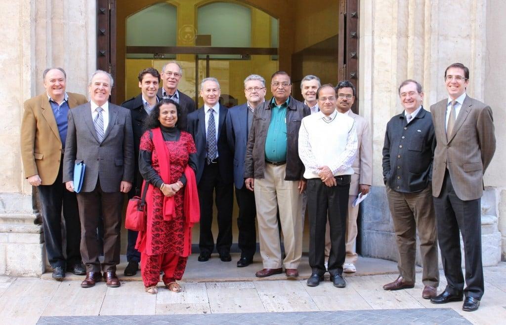 La delegación india con el presidente de la CHS, Miguel Ángel Ródenas, en el centro, a la entrada del edificio de la Confederación