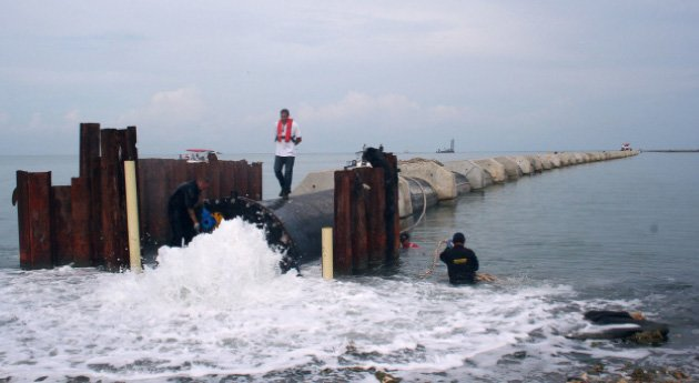 Este es el emisario submarino que naufragó en 2010. Gracias al empuje de algunos dirigentes cartageneros, finalmente se instaló y ayudará a limpiar el mar, las playas y los caños de esta capital turística.