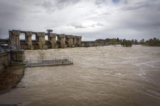 Desembalse de la presa de Montijo, cuyo canal regula el regadío de las Vegas Bajas del Guadiana, zona en la que se encuentra la pedanía menor de Barbaño que continúa desalojada desde anteanoche, ante el riesgo de inundación por la crecida del río Guadiana. En una semana, el nivel general de los embalses españoles se ha incrementado un 3,8 % por encima de la semana anterior.