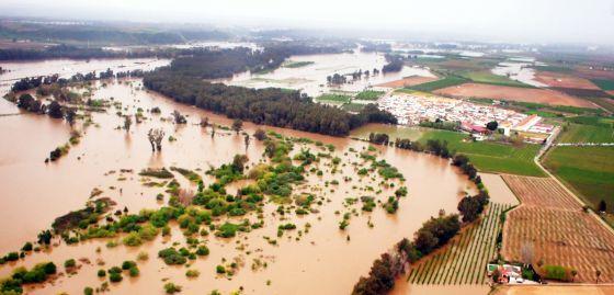 Imagen del pueblo de Barbaño, desalojado por la crecida del río / EL PAIS