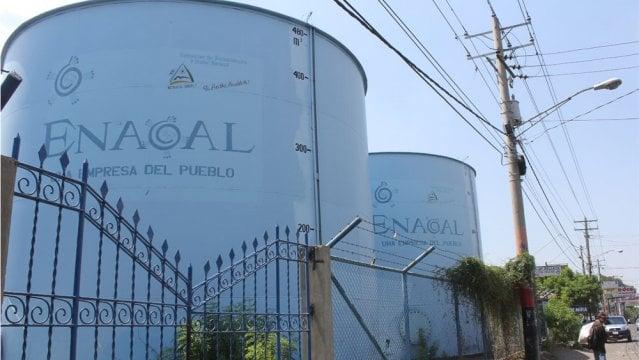 """Tanques de agua en la zona del Siete Sur, en Managua. Un estudio del Centro Humboldt reporta que el 35.7% de la población nicaragüense, distribuida en el 75.6% del territorio nacional, tiene """"regular"""" disponibilidad de agua."""
