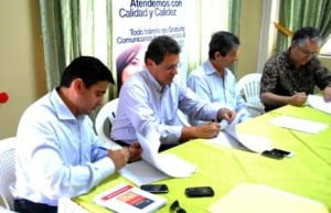 Fabricio-Jara-i-subsecretario-de-la-Demarcación-Hidrográfica-de-Jubones-firma-el-acuerdo.