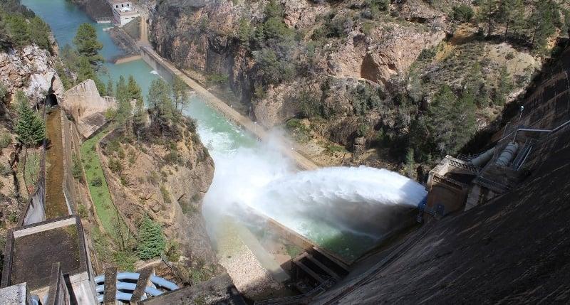 Desagüe de fondo del embalse de Fuensanta, ubicado en la cabecera de la cuenca del Segura.