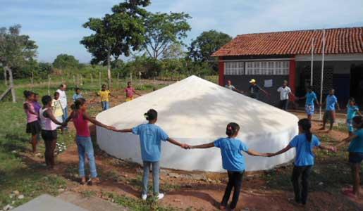 Una de las cisternas recién construida en una escuela Una de las cisternas recién construida en una escuela