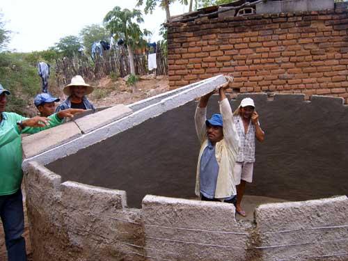 Albañiles de una comunidad construyen una cisterna