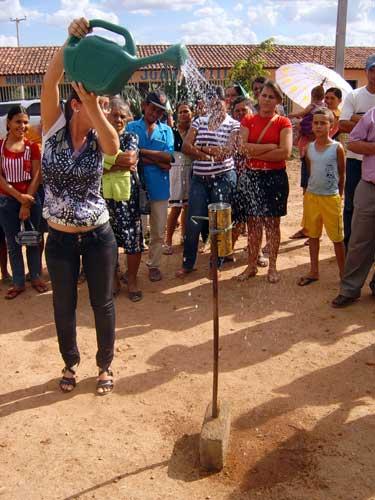 Una demostración de cómo se recoge el agua de la lluvia