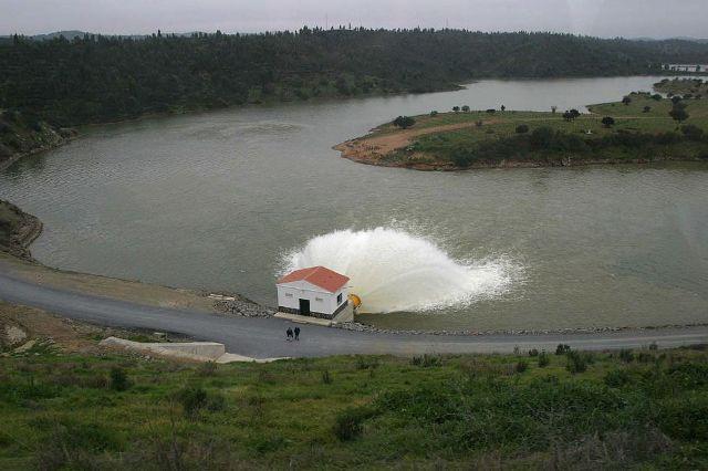 Vista aérea de la presa del Andévalo (Huelva). / LOGAN (El País)