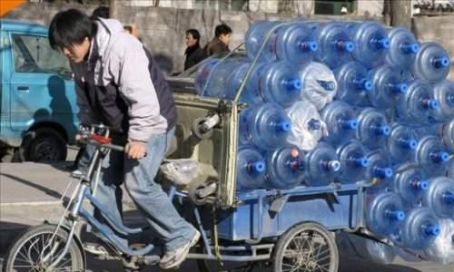 Compras masivas de agua potable en China por la contaminación de ríos