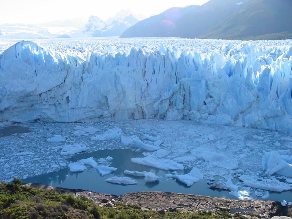 caen los pedazos de hielo