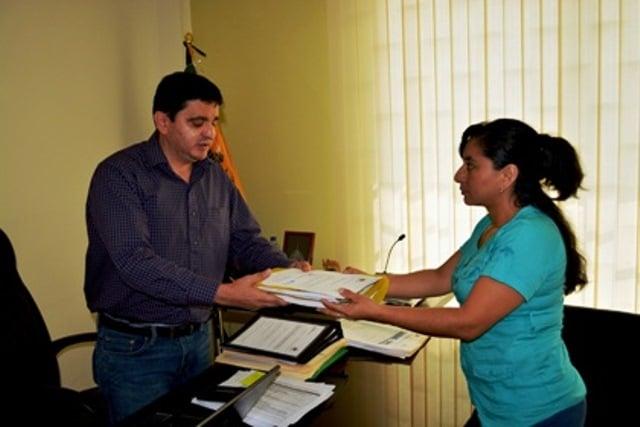 El-subsecretario-de-la-Demarcación-de-Jubones-Fabricio-Jara-recibe-la-solicitd.