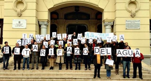 Imagen-iniciativa-ciudadana-tarifa-agua-concentrada-hoy-puertas-ayuntamiento-Malaga