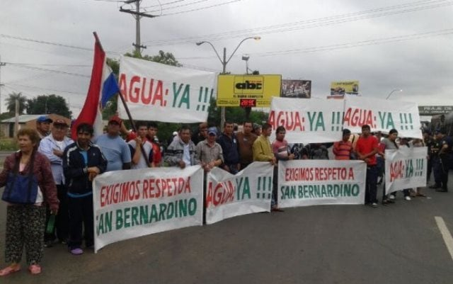 vecinos-de-san-bernardino-en-una-protesta-para-tener-el-vital-liquido-_595_446_1055552