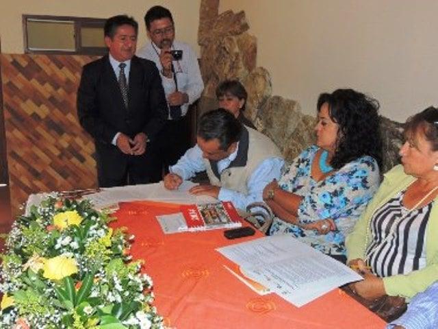 La-firma-se-realizó-con-la-presencia-de-Juan-Carlos-Orbe-coordinador-de-la-Demarcación-Hidrográfica-de-Mira-Subrogante.