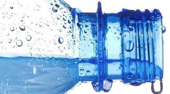 Los_riesgos_que_tiene_beber_agua_embotellada