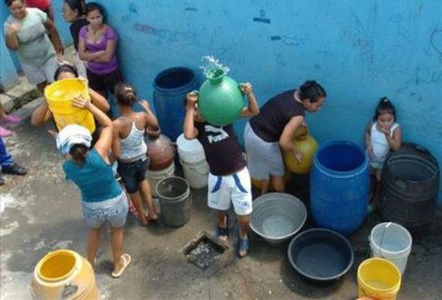 Comunidades-recolectan-agua_MILIMA20140629_0128_11