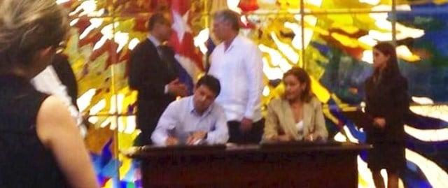 El-Secretario-del-Agua-Walter-Solís-durante-la-firma-de-los-convenios.1-685x288