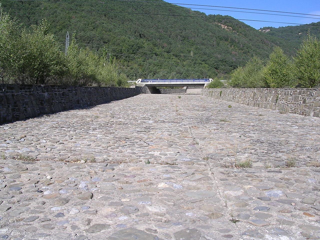 1280px-Barranco_d'Arás_nuebo_cauz