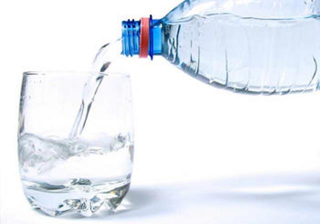Agua_envasada_Contaminacion._Soluciones_para_el_uso_domestico_cotidiano_large