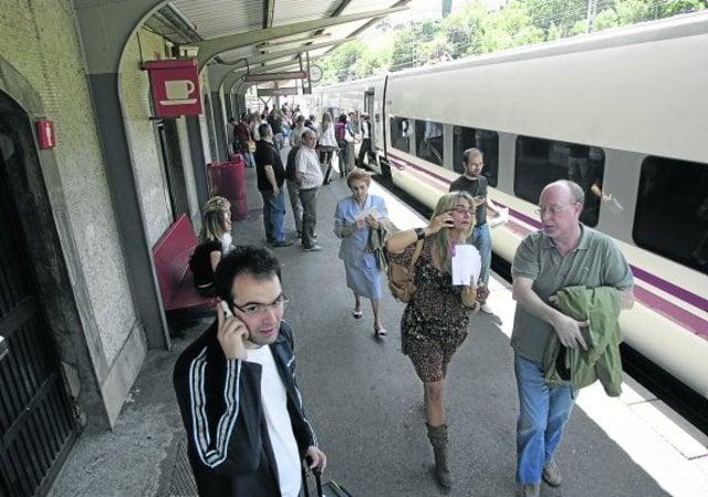varios pasajeros del tren a madrid en la estacion de renfe de pola de lena