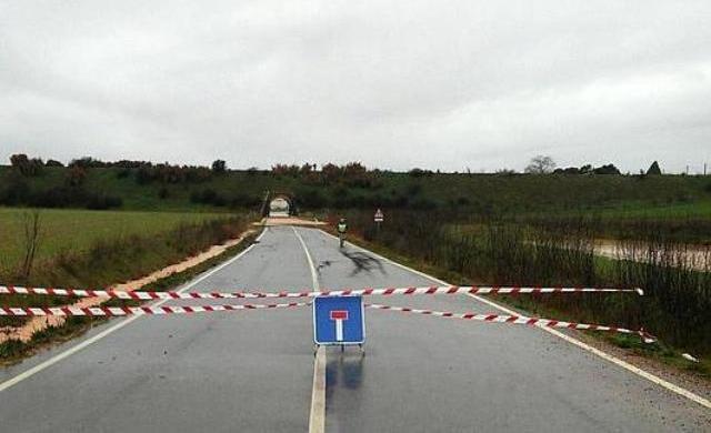 La Diputación de Zamora corta la carretera comarcal ZA-P-2550, a la altura del km 2.600, por el agua acumulada - EFE