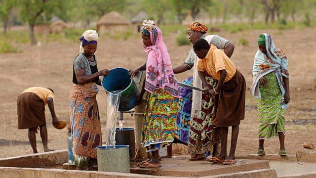 mujeres-recogen-agua