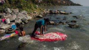 mujer-lava-ropa-lago-chapala