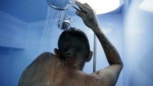 hombre-duchandose